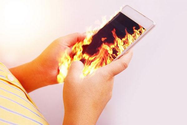 เกิดอะไรขึ้น ทำไมโทรศัพท์มือถือร้อนผิดปกติ ? gadgetมาใหม่ อัพเดทโลกไซเบอร์ ทำไมโทรศัพท์ร้อนผิดปกติ