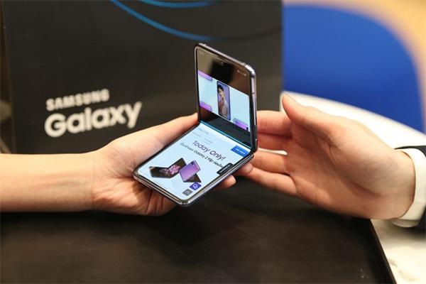 โทรศัพท์ Samsung Galaxy Z Flip มีฟีเจอร์น่าลองน่าใช้ เพียบพร้อมด้วยคุณภาพที่โดดเด่น gadgetมาใหม่ อัพเดทโลกไซเบอร์ SamsungGalaxyZFlip